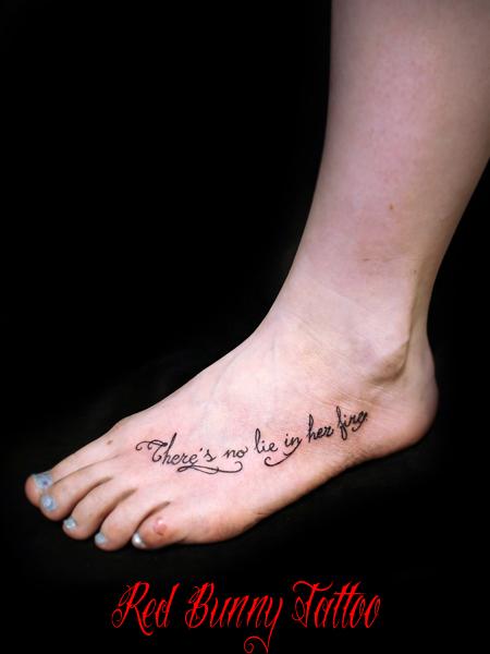 足の甲 文字のタトゥーデザイン 筆記体 letter tattoo