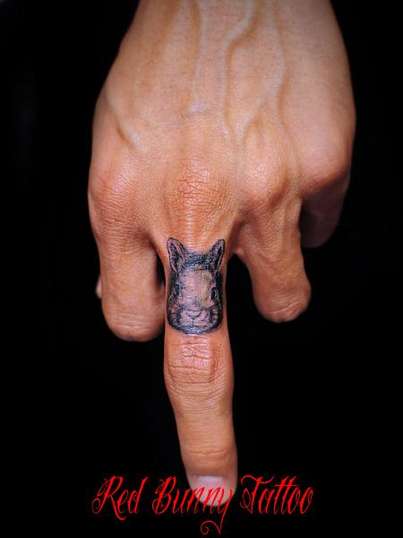 指にうさぎのタトゥーデザイン rabbit tattoo