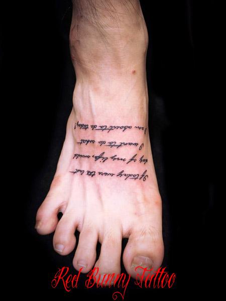 足の甲の文字のタトゥーデザイン letter tattoo