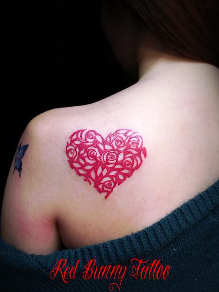 ハートとバラのタトゥーデザイン 赤いタトゥー