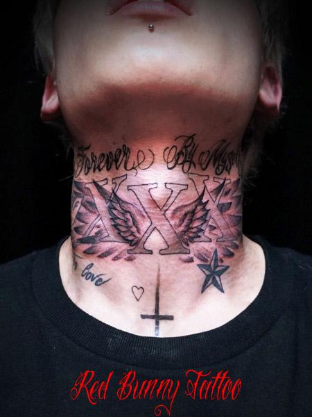 首に翼と文字のタトゥーデザイン