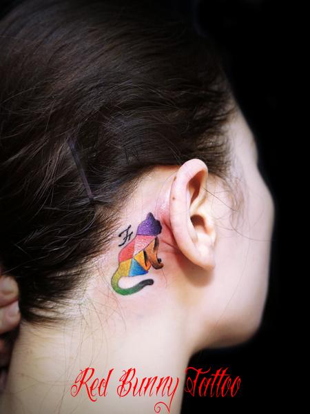 耳裏の猫のワンポイントタトゥーデザイン cat tattoo