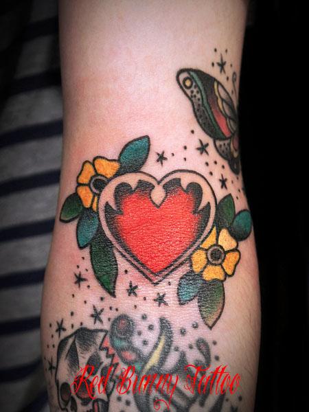 アメリカントラッドのハートと花のワンポイント タトゥーデザイン