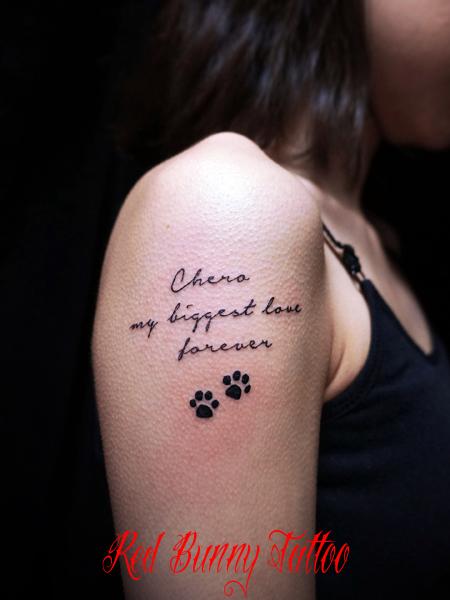 文字のワンポイントタトゥーデザイン 女性の肩 girl tattoo