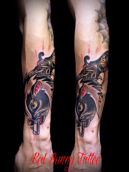 オオカミとスカンクのピストル 対のタトゥーデザイン