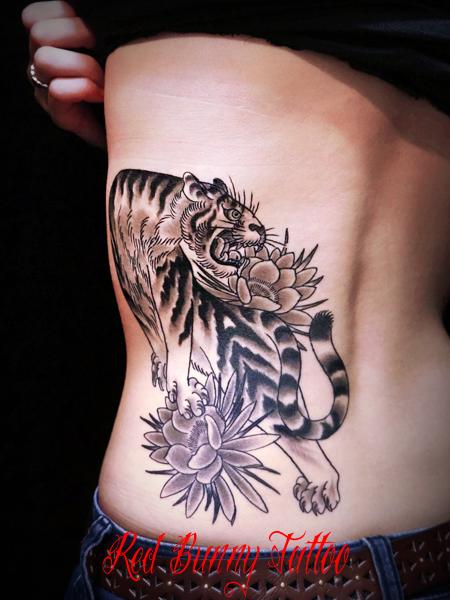 虎 月下美人 j女性の腰 女性の刺青 タトゥーデザイン