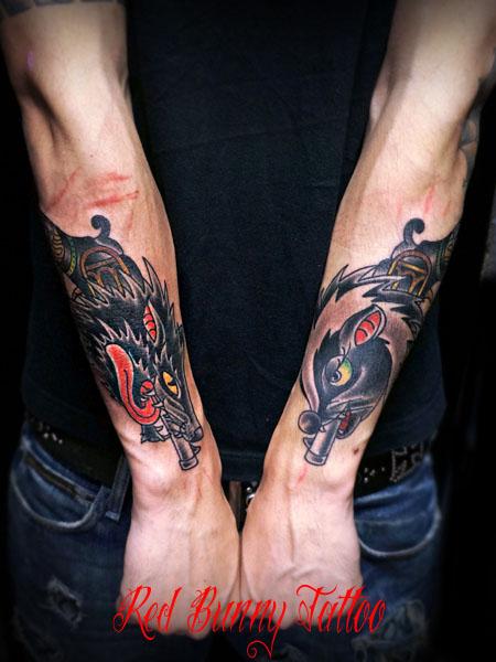 オオカミとスカンクのピストル 対のタトゥーデザイン アメリカントラディショナル