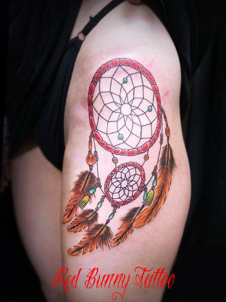 ドリームキャッチャーのタトゥーデザイン 女性の腿