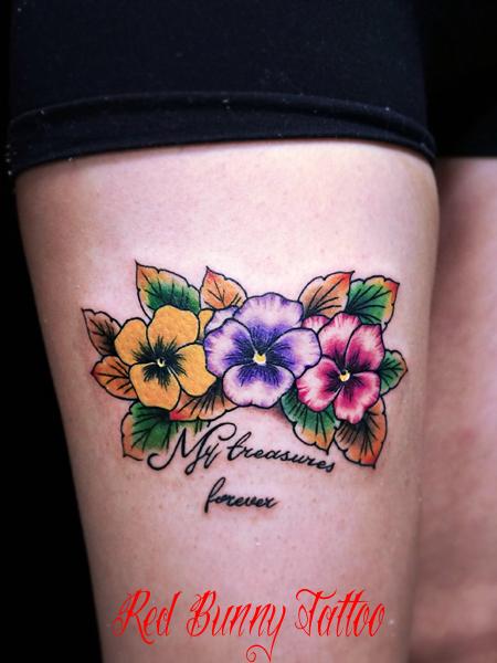 パンジーと文字のタトゥーデザイン 花・植物・flower