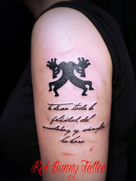 ココペリと文字・メッセージのタトゥーデザイン