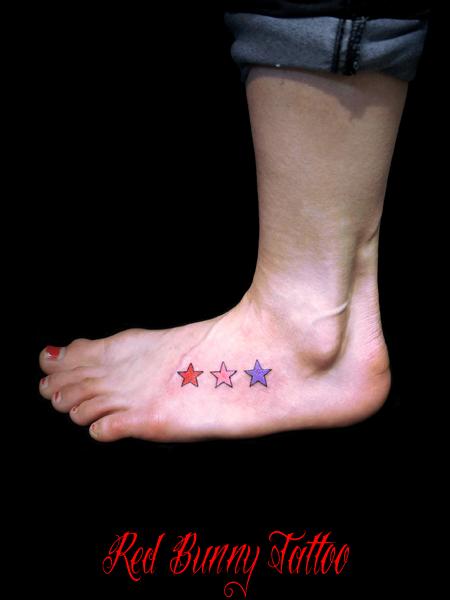 星のワンポイントタトゥー 女性の足の甲 star tattoo
