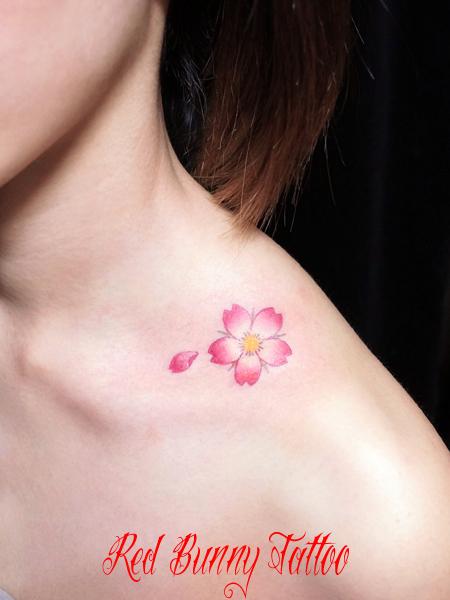 桜のワンポイントタトゥーデザイン 女性 花