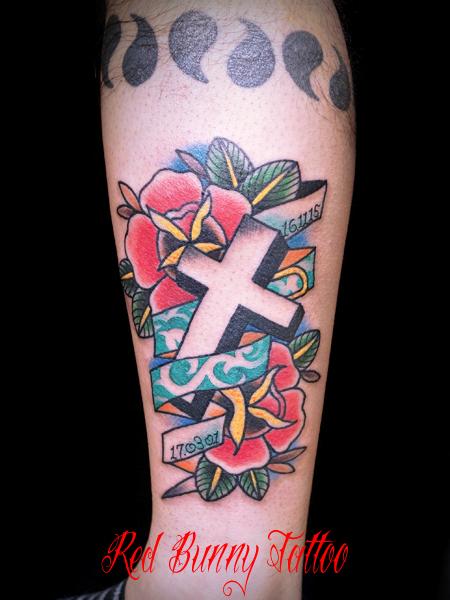 バラとクロスのタトゥーデザイン メモリアルタトゥー