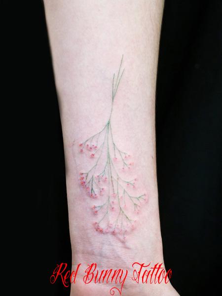 かすみ草のタトゥーデザイン 花 女性の手首 flower tattoo
