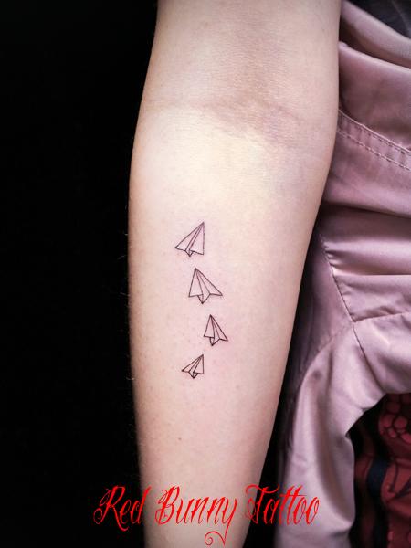 紙飛行機のワンポイント タトゥーデザイン