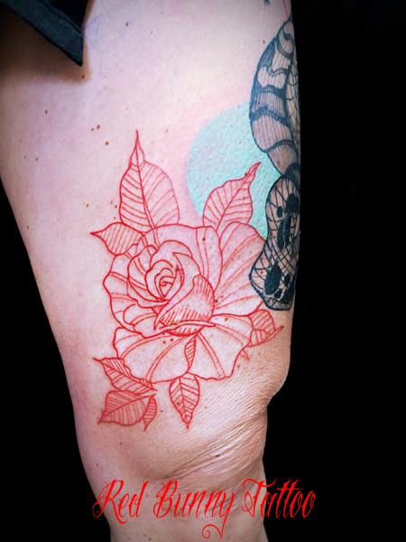 線だけでデザインしたバラのタトゥーデザイン