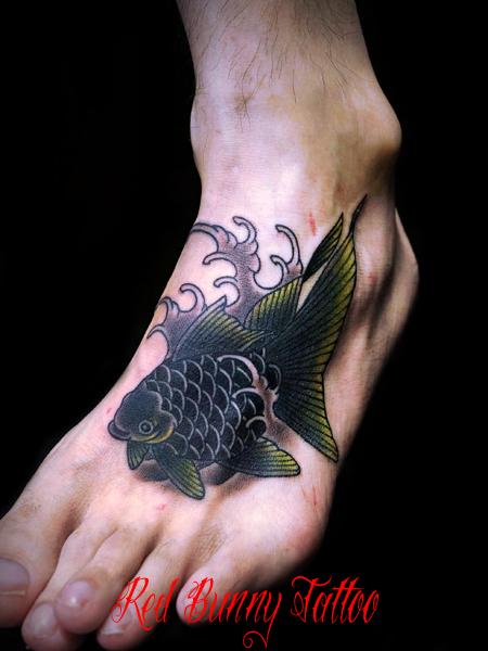 金魚の刺青・タトゥーデザイン 足の甲