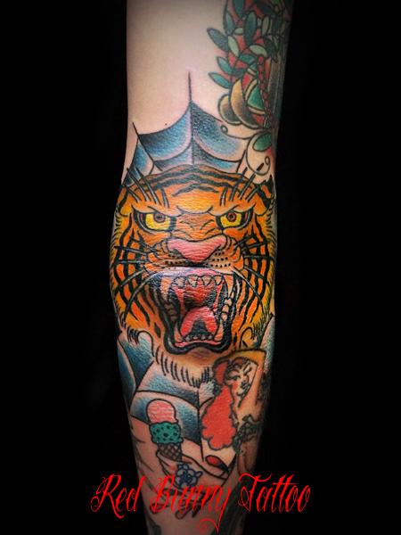 虎、蜘蛛の巣のタトゥーデザイン 肘
