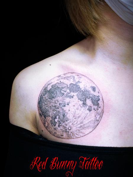 月のタトゥーデザイン 女性の胸 moon tattoo