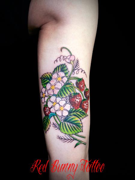イチゴ 花 植物 タトゥーデザイン 女性 Strawberry flower tattoo