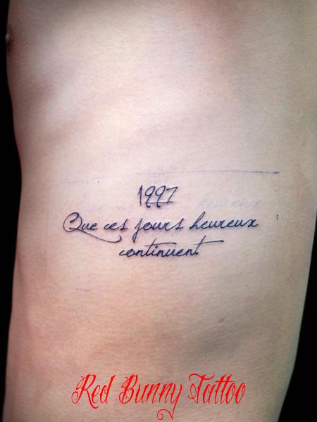 文字 筆記体 スクリプトのタトゥーデザイン  Letter tattoo 脇腹 メッセージ