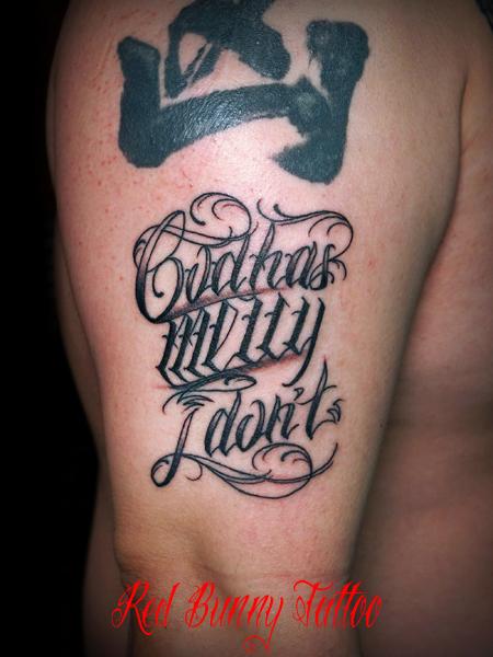 文字 筆記体 スクリプトのタトゥーデザイン  Letter tattoo 腕 メッセージ