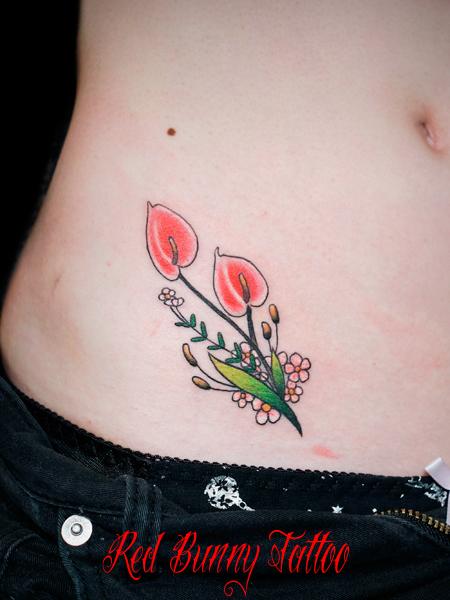 花のワンポイントタトゥーデザイン 女性 腰