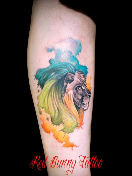 ライオンと水彩画風のカラーのタトゥーデザイン ウォーターカラー