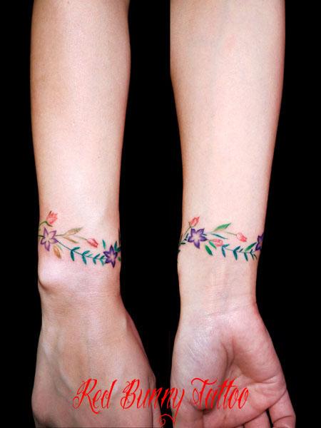 花・植物のタトゥーデザイン 女性 手首 花輪 flower girl tattoo