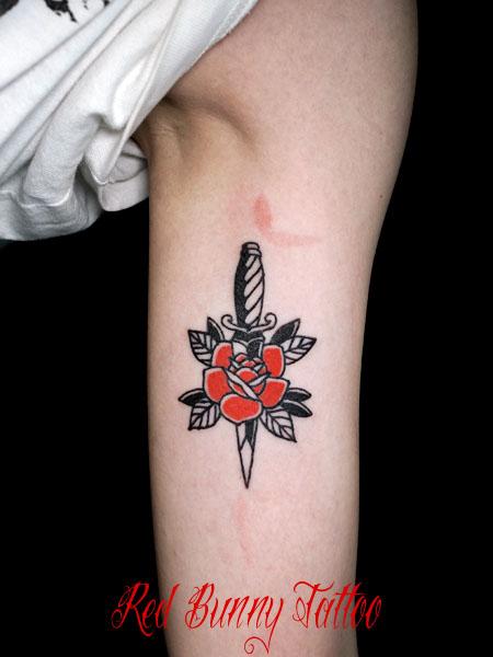 バラとダガーのタトゥーデザイン シンプルなアメリカントラディショナル タトゥー