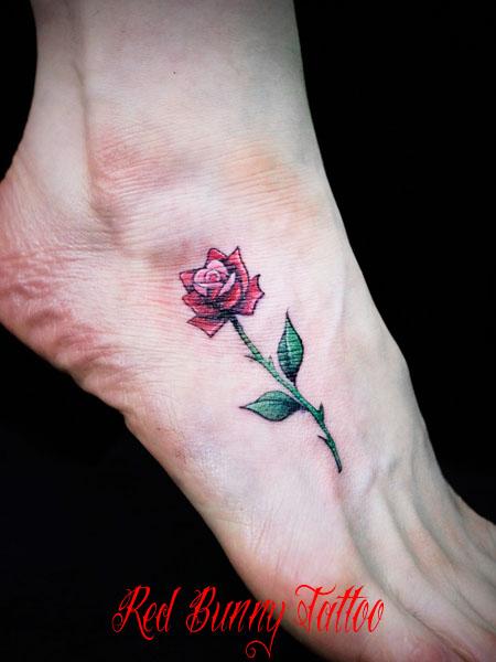 バラ 花 植物 足の甲 女性 ワンポイント タトゥーデザイン