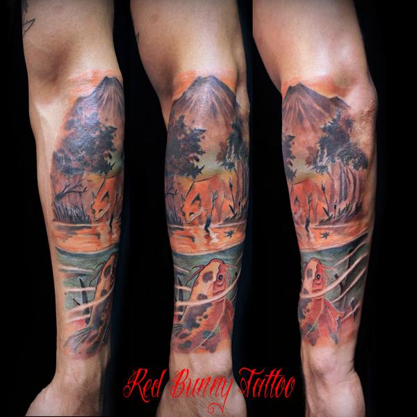 水面を覗く狐と、それを見る鯉のタトゥーデザイン 自然の風景