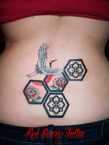 鶴・牡丹・亀甲模様の刺青・タトゥーデザイン 女性・腰 縁起物