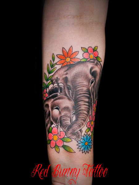 象の親子と花のタトゥーデザイン 家族 family elephants tattoo
