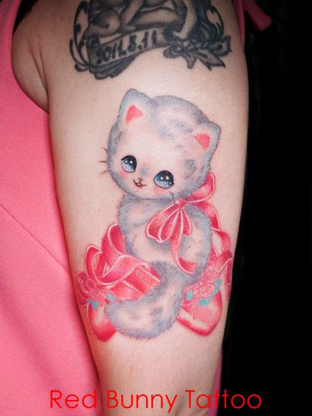 かわいい子猫とリボンのタトゥーデザイン 女性