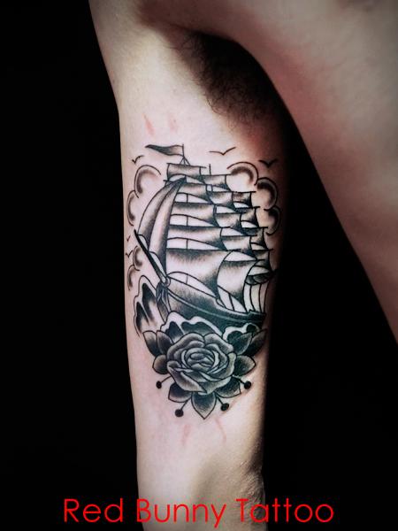 帆船とバラのタトゥーデザイン アメリカントラディショナル オールドスクール