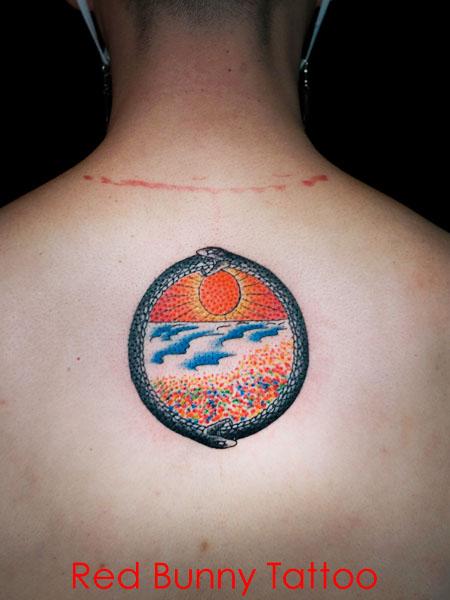 ウロボロスと太陽のタトゥーデザイン 海 サンセット
