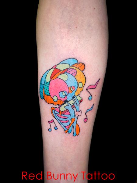 パステルカラーのスカル・骸骨タトゥーデザイン 女性の腕