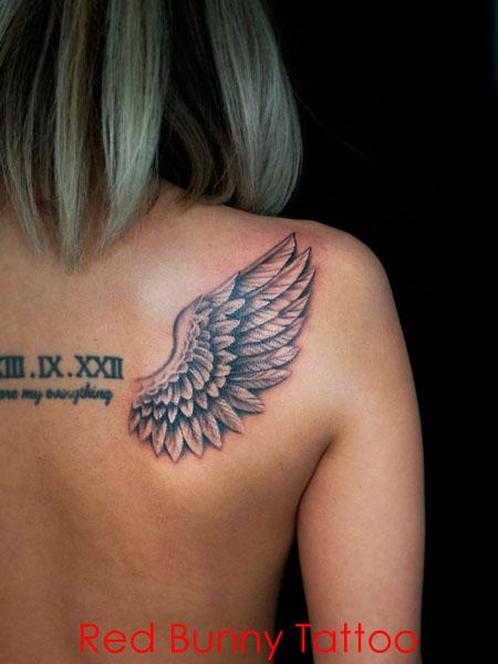 羽のタトゥーデザイン 女性の背中 wing tattoo
